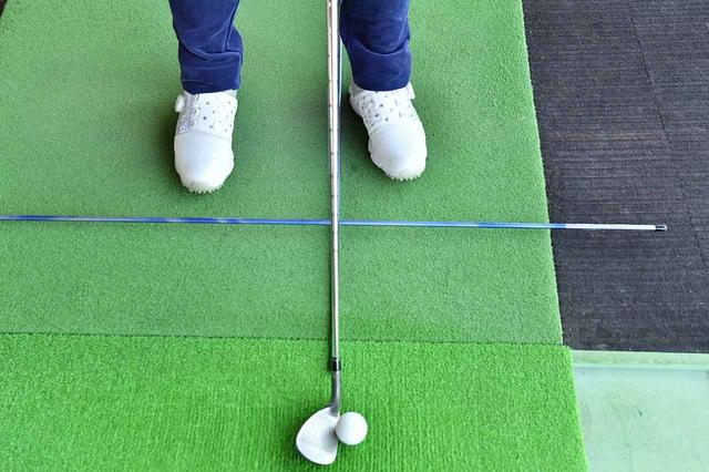 画像: ボールを中心に自分が右に回れば(反時計回り)、ターゲットに対してオープンスタンスとなる。河本はボールを中心にしたフラフープをイメージし、その円に沿って回るイメージを持つという