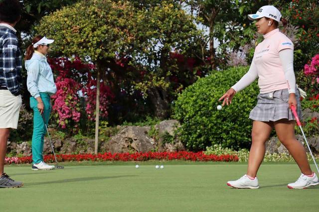 画像: 鈴木愛か、原英莉花か。練習グリーンで最後まで練習をしていたのはどっち? - みんなのゴルフダイジェスト