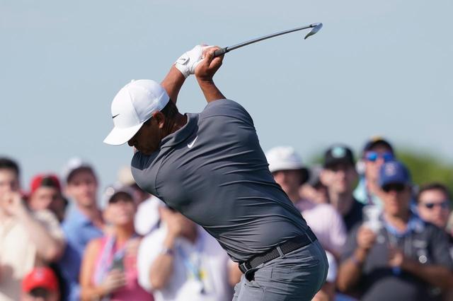 画像: 鍛え上げられた筋肉がわかるブルックス・ケプカのトップ。曲がらないクラブを背景に、パワー合戦的側面が今のゴルフにはあると永井は指摘する(撮影/岡沢裕行)