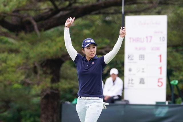 画像: 開幕戦を制した比嘉。来年の東京五輪に出場するためには、畑岡奈紗、鈴木愛を五輪ランキングで上回る必要があるが、この勝利で一歩前進した
