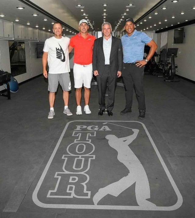 画像: 新しいフィットネストラックをお披露目した、写真左からアレックス・ノレン、ブルックス・ケプカ、コミッショナーのジェイ・モナハン、ジョナサン・ベガス(写真提供PGAツアー)