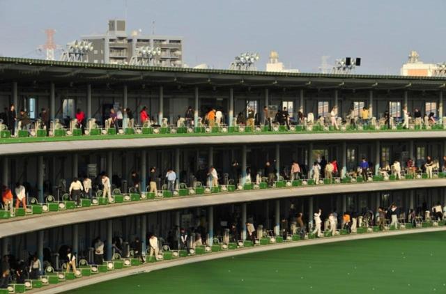 画像: 87.6%のゴルファーが初めてボールを打ったのは「ゴルフ練習場」と回答。練習場からコースへ送り出す仕組み作りも必要だ