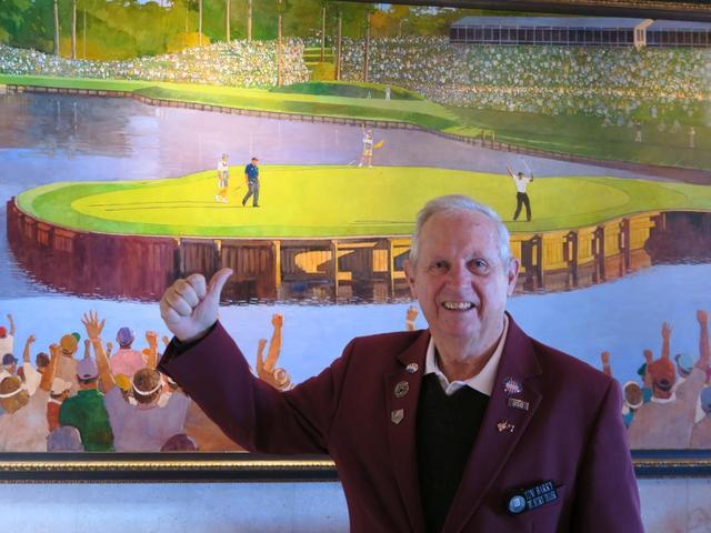画像: ボランティアのトム・バリーさんは過去の名勝負の描かれた絵画を一つ一つ説明してくれた