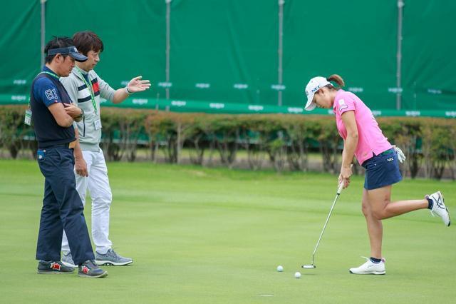 画像: まるでフラミンゴ!? 原江里菜の片足パット練習はなんのためか、コーチに聞いてみた - みんなのゴルフダイジェスト