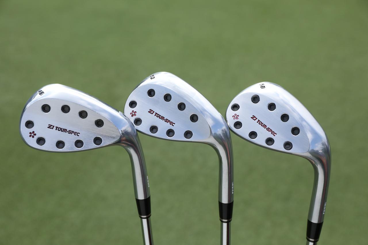 画像: ウェッジは小規模メーカー「アクシスゴルフ」の「Z1ウェッジ」を使用。バックフェースの全面に配されたネジが目を引く(撮影/姉崎正)