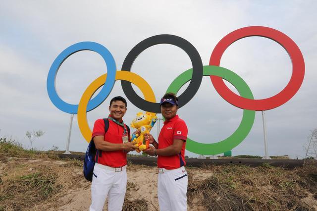 """画像: リオ五輪ではコーチを務めた丸山。""""世界を知る男""""として五輪日本代表を率いる。写真はリオ五輪ゴルフ代表の片山晋呉とのツーショット"""