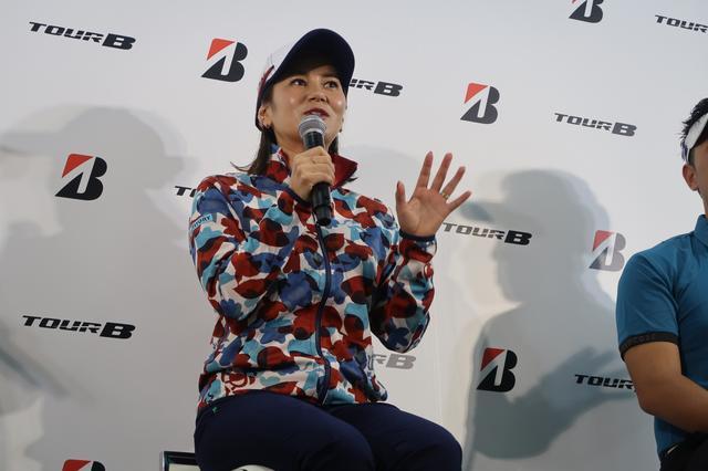 画像: ブリヂストンゴルフのブースで話す宮里藍