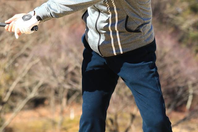 画像: アマチュアゴルファーに多い右腰のスウェイを直すには?