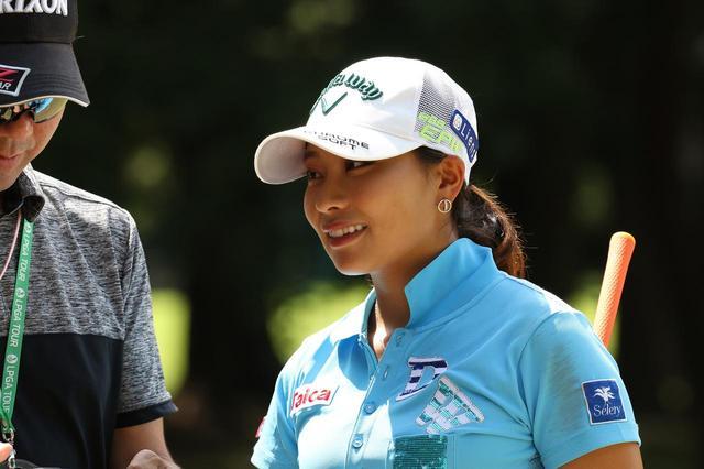 """画像: """"いいスウィング""""してる証拠です。女子プロたちのウェアの肩に「お化粧べったり」つく理由 - みんなのゴルフダイジェスト"""