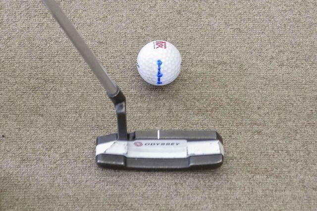 """画像: ボールに記した「3つの点」を""""こすり上げる""""! 転がりのいいパットの打ち方【10本で握る テンフィンガースウィング #19】 - みんなのゴルフダイジェスト"""
