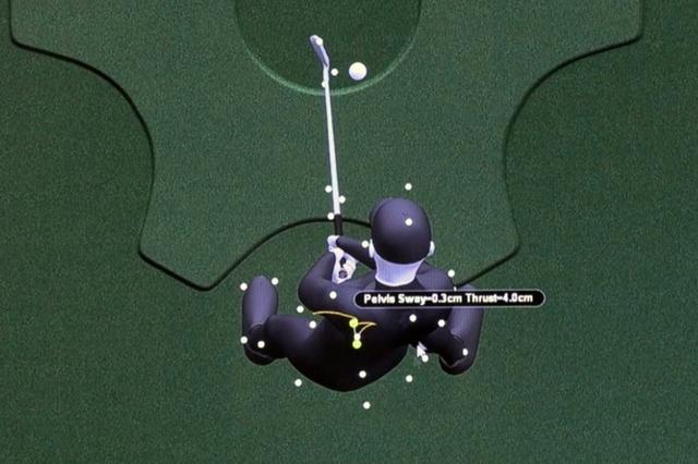 画像: インパクトで股関節が前(ボール方向に)に動く「スラスト」の動きによってシャンクが生まれていることが、ギアーズの画面からわかった