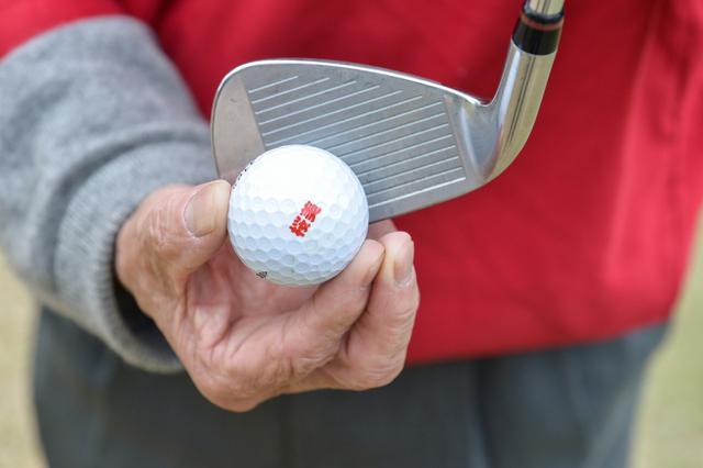 画像: トウ側に球を置き、クラブのヒール側を地面に接しないようにしてライジングパットの要領で振る。利き手のひらで 持ったクラブでボールを投げる感覚が大事