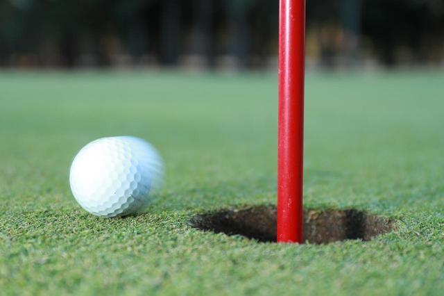 画像: すっかりおなじみ「ピン差したまま」パット。ところで最初にホールアウトした後なにしてる? - みんなのゴルフダイジェスト