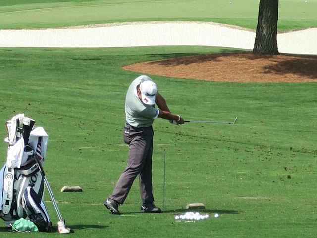 画像: 松山は左足のすぐ脇に棒を刺してショットを調整