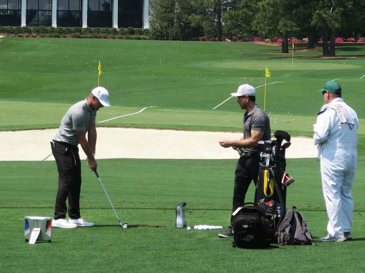 画像: 前方と後方、計測器は「2台使い」だ。ちなみにチェックしているのはタイガーの前コーチでもあるクリス・コモ