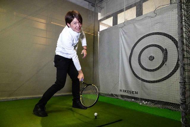 画像: テニスなど動くボールを打つスポーツは体が自然と運動するが、止まっているボールを打つゴルフは体の運動を止めないことが難しい