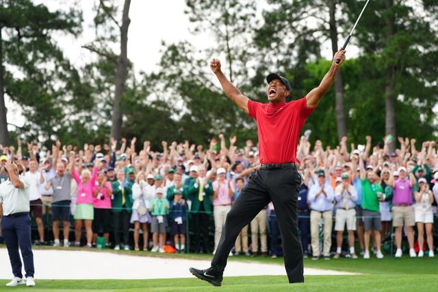 画像: 18番グリーンでは、タイガーとともに会場全体が喜びを大爆発させた