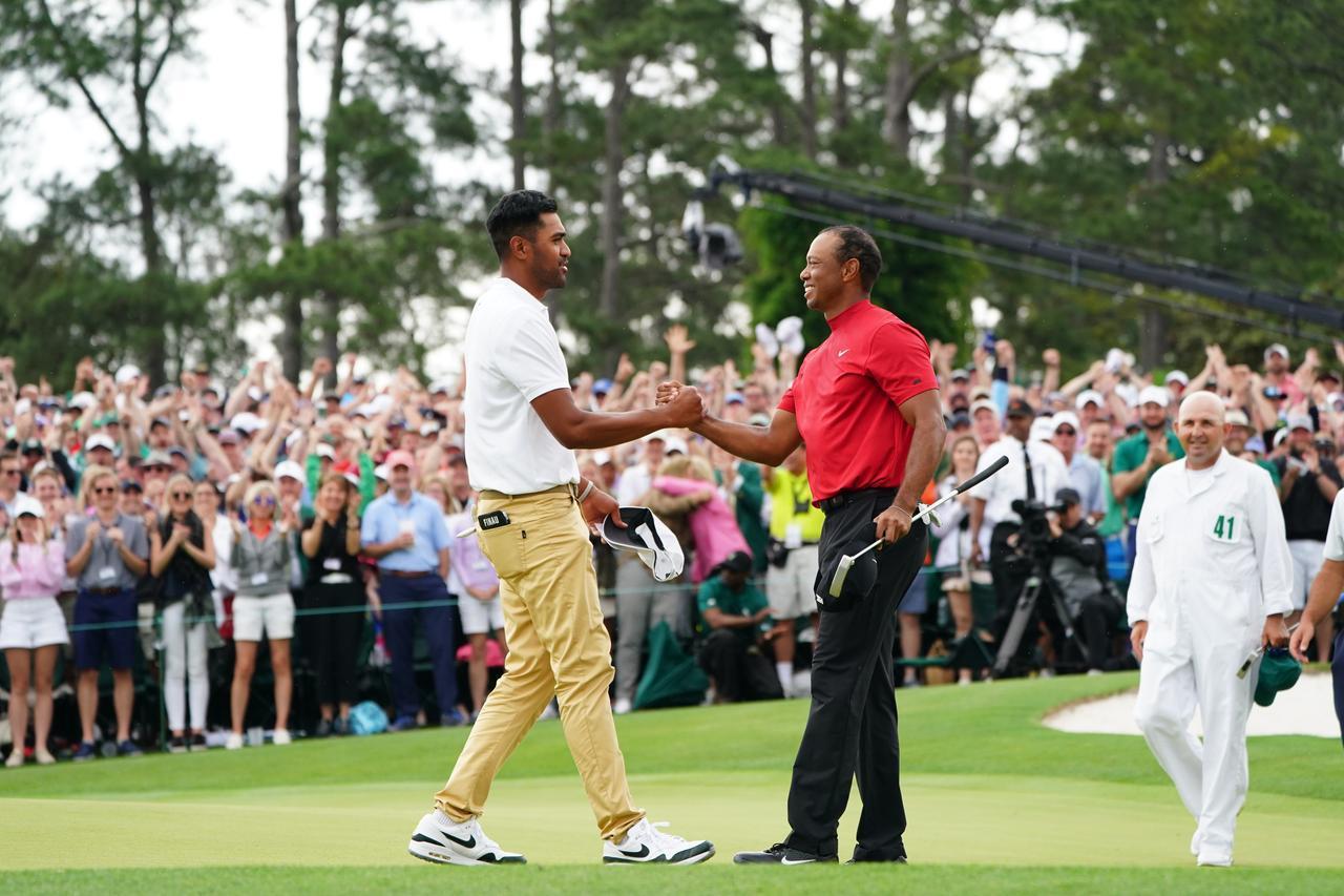 画像: 健闘を讃え合うタイガーとフィナウ。二人ともナイキのアパレルを着用