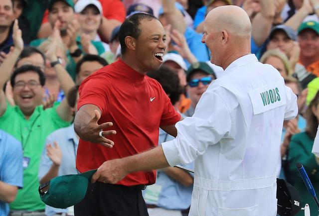 画像: ウィニングパットを沈め、マスターズを制したタイガー(左)は帯同キャディ・ラカバ(右)と抱き合った(写真/Getty Images)