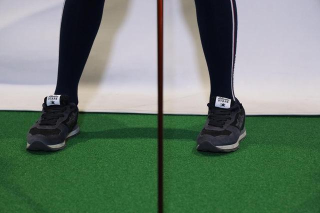 画像: 左足のつま先を内側に向けて構えてみよう