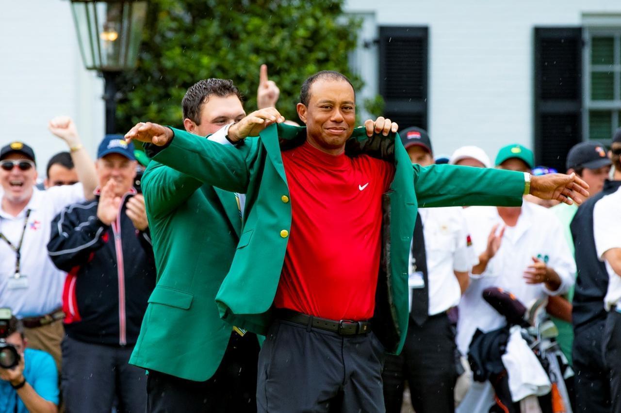 """画像: マイケル・ジョーダンも「史上最高のカムバックだ」と大絶賛。タイガー・ウッズ、マジックナンバー""""19""""への挑戦 - みんなのゴルフダイジェスト"""