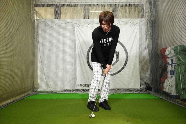 画像: ボールの位置を右寄りに変えるだけだとミスが起きやすい打ち方になってしまう