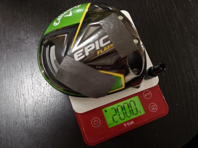 画像: 12グラムのウェートの代わりに鉛を貼ることでアマチュアゴルファーにも扱いやすくなる