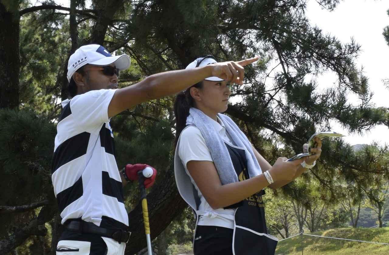 画像: 片山プロのバッグを担いでいるのは18歳の女の子! - みんなのゴルフダイジェスト