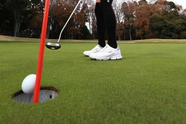 """画像: 「旗差しパット」でグリーンが速くなる!? 2019年の新ルールを""""ゴルフ場目線""""で考えた - みんなのゴルフダイジェスト"""