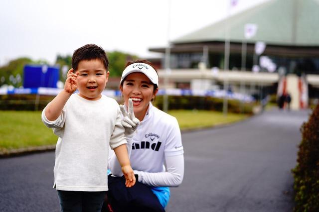 画像: パナソニックレディスの会場で、息子・将玄くんとポーズを決める甲田良美。3歳の将玄くんはまだまだママが恋しいお年頃だ
