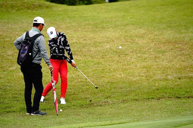 画像: シン・ジエの大逆転勝利を同組で見守った翌週、松田は練習日に入念にアプローチを練習していた