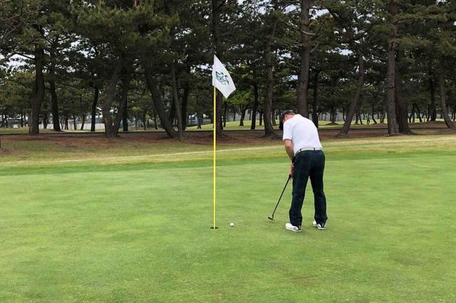 画像: 各ゴルフ場でもピンを差したままパットするゴルファーが増えつつある