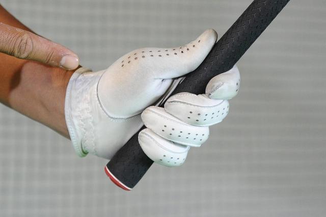 画像: 二番目にすり減りやすいのは左手親指が当たる部分。強く握り過ぎていると摩耗も早い(撮影/増田保雄)