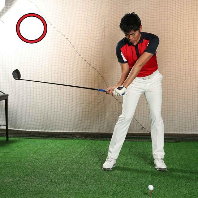 画像: 下半身が胴体を動かし、腕・クラブが振られる動きが地面反力が使える運動連鎖(足→腰→肩→腕→クラブ)。切り返しでは足から動くのが正解