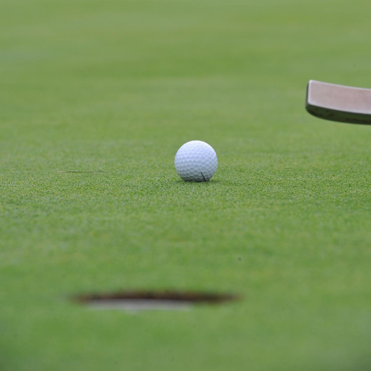 画像: カップから「靴一つ」離れてボールを拾えばカップの周りが痛まない。入るはずのパットが入らない、なんて悲劇も防げる