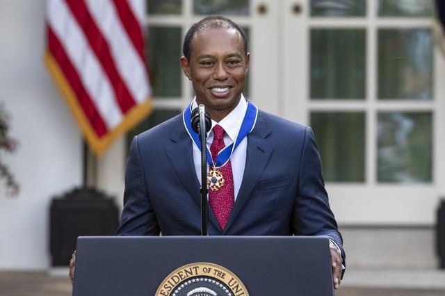 画像: 大統領自由勲章を受章したタイガー・ウッズ。トランプ大統領がタイガーにメダルをかけるが、左側のリボンがねじれたままのスピーチとなった(写真/Getty Images)