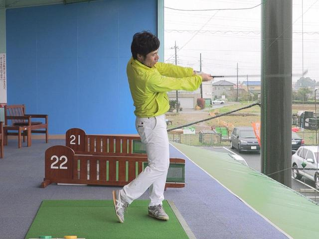 画像: フォローは腕とクラブが一直線、一直線で地面と水平に収まるように振ろう