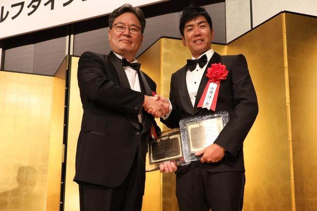 画像: 2019年レッスン・オブ・ザ・イヤーを受賞したヤン・フー・クォン教授(左)と吉田洋一郎(右)