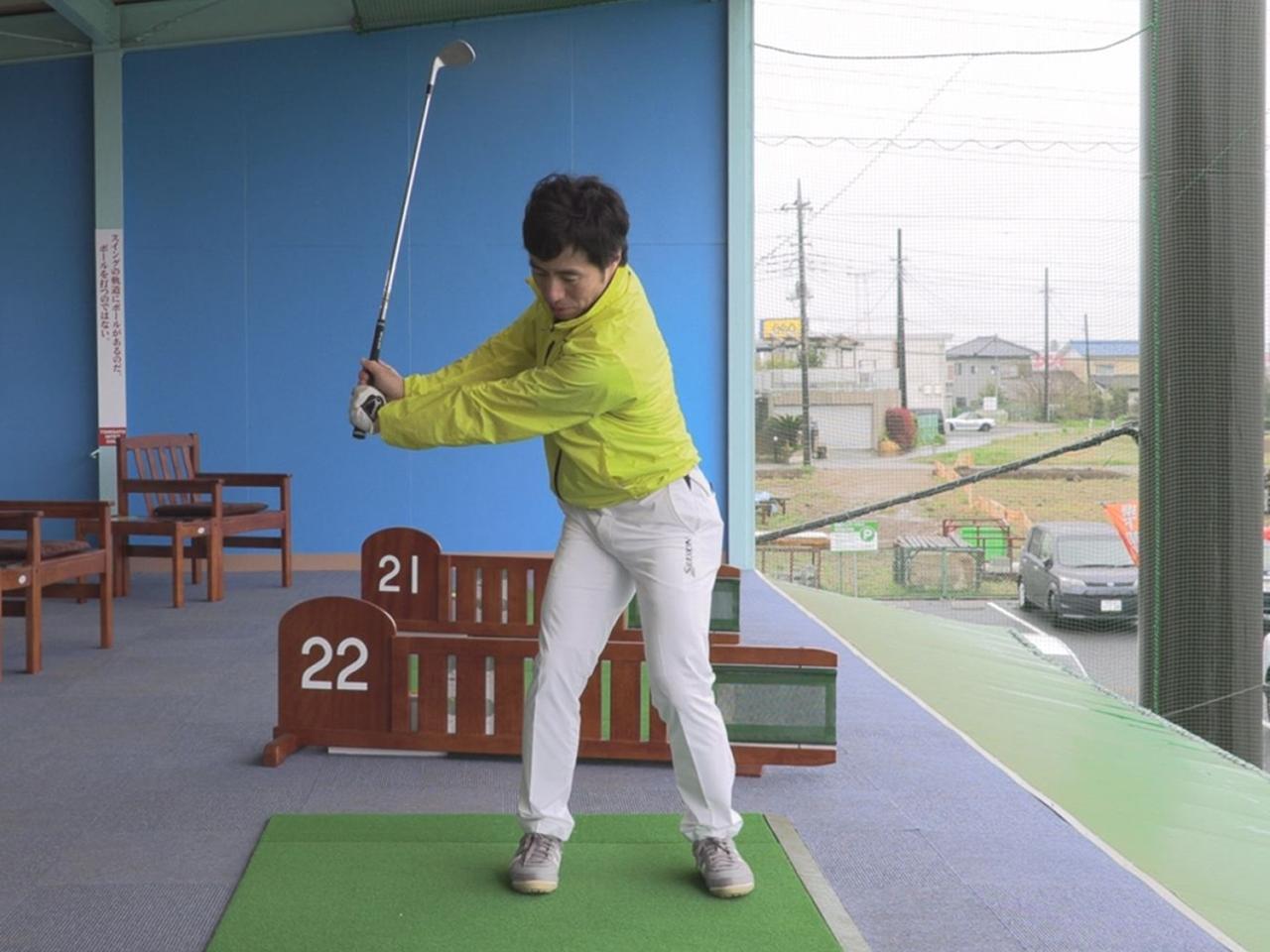 画像: 50ヤードを打つときは左腕が地面と平行になるくらいクラブを上げる。トップポジションで胸のラインとクラブのラインが平行に揃っていればしっかり体を使えている証拠