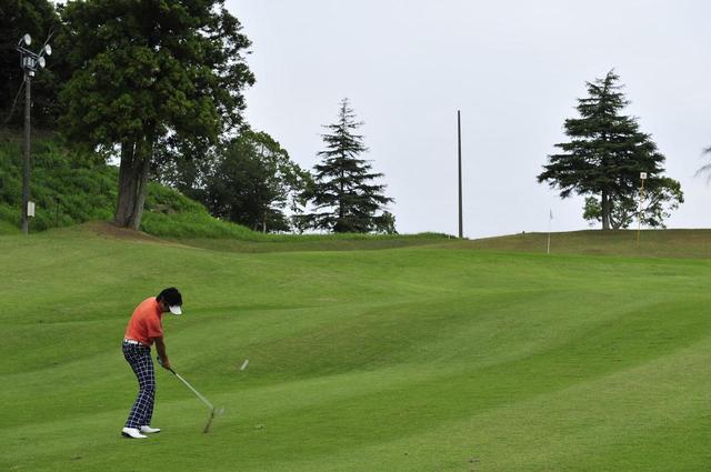 画像: コースで打つのは特定のボールに決めると距離感を養いやすい
