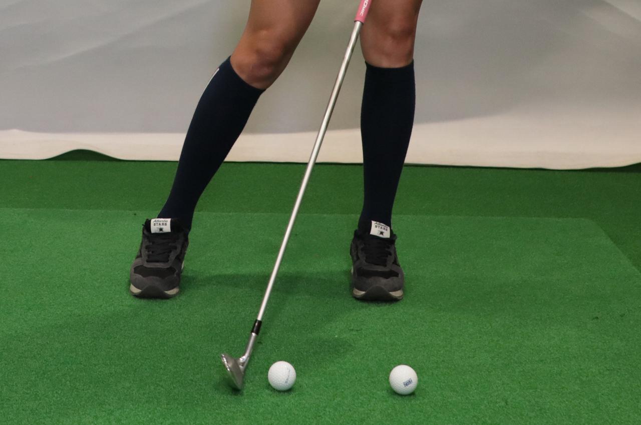 画像: 自分から見てボールを横に15センチ程離してセッティングし、どちらも一振りでまっすぐ飛ばす