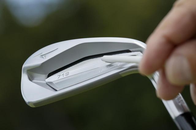 画像: バックフェースに溝のようなポケットがあるポケットキャビティタイプの「ミズノプロ 719」