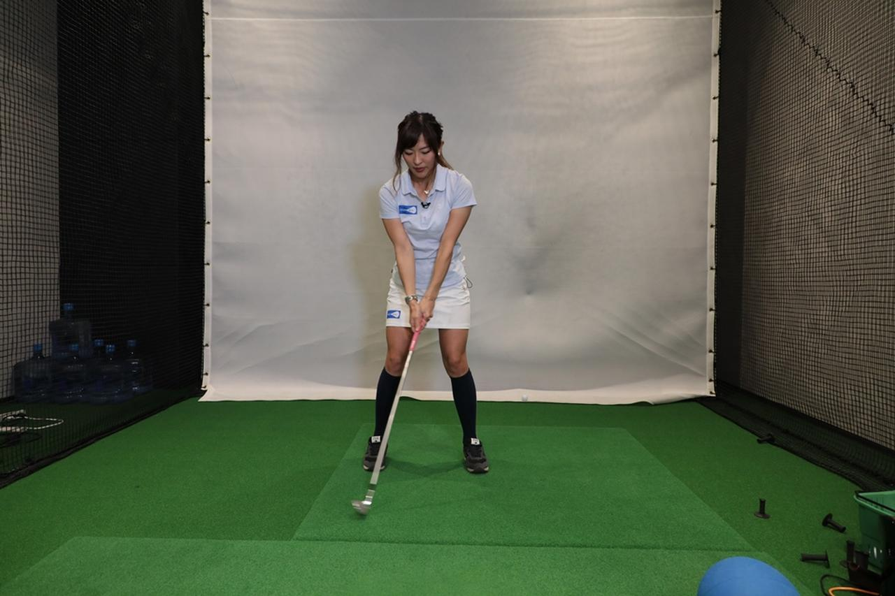 "Images : 2番目の画像 - 小澤美奈瀬が実演! 左への体重移動が身につく""右足踏み込み""スウィング - みんなのゴルフダイジェスト"