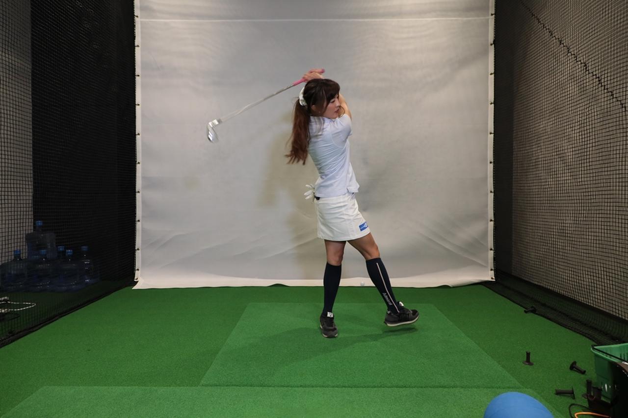 "Images : 7番目の画像 - 小澤美奈瀬が実演! 左への体重移動が身につく""右足踏み込み""スウィング - みんなのゴルフダイジェスト"