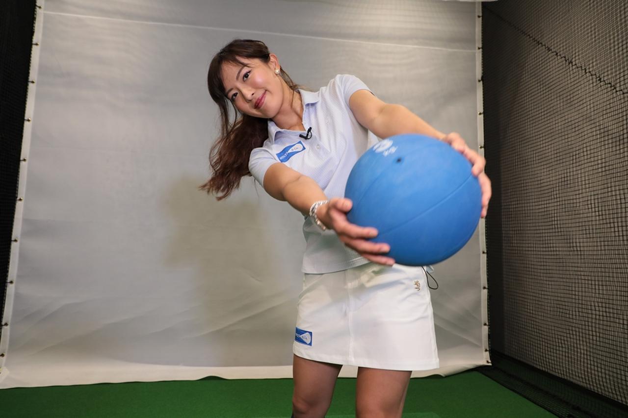 画像: 美女プロ・小澤美奈瀬が教える「体重移動矯正ドリル」で飛距離アップを目指そう!