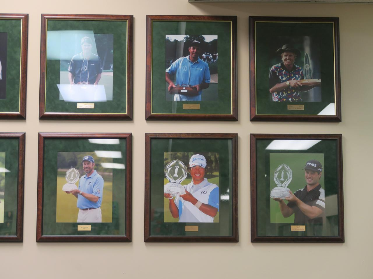 画像: 歴代優勝者の写真の中には、もちろん松山の写真も(下の段右から2番目)