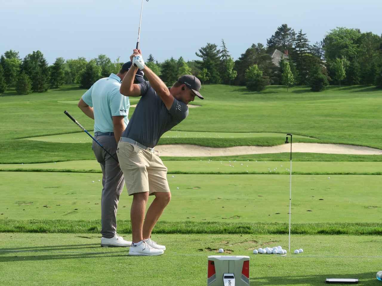Images : 1番目の画像 - デシャンボーのトリックショット連続写真 - みんなのゴルフダイジェスト