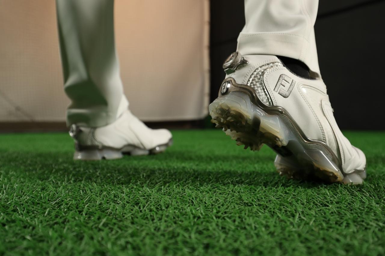 画像: ダウンスウィングでは右足はつま先側、左足は真ん中で踏んでから、かかと側に踏み込む。このとき、右足を「蹴る」意識が強いと、ジャンプしているように見えやすい