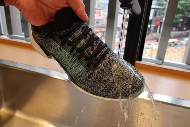 画像: 繊維の疎水性が高いため外部の水を通さずに弾くが、内側からの熱は逃してくれる
