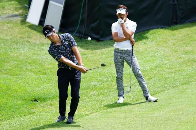 """画像: 「えっ、インサイドアウトに振るんすか!?」復帰初戦の石川遼が練習ラウンドで""""アプローチ教室""""を開校 - みんなのゴルフダイジェスト"""